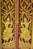 Adorne la puerta de madera del templo tailandés en Chiangmai, Tailandia Imagen de archivo libre de regalías