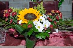 Adorne la tabla con las flores Imagen de archivo libre de regalías