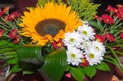 Adorne la tabla con las flores Imágenes de archivo libres de regalías
