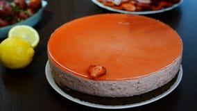 Adorne la torta de la crema batida de la fresa con las fresas frescas almacen de metraje de vídeo