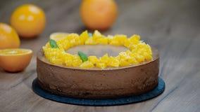 Adorne la torta del mousse de chocolate con las hojas de menta metrajes
