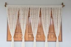 Adorne la ventana con la cortina blanca imagen de archivo