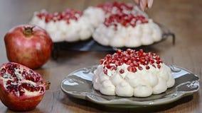 Adorne las mini tortas Pavlova con la granada metrajes