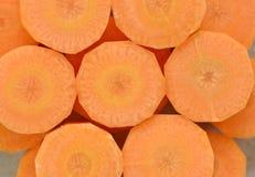Adorne las rebanadas gruesas de zanahorias en la tabla de madera, topview Fotografía de archivo