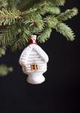 Adorne un árbol de navidad. Fotos de archivo libres de regalías