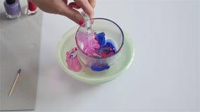 Adorne un vidrio con el esmalte de uñas, arte del arte diy almacen de metraje de vídeo