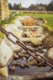 Adorne - una cadena del metal que sirva abrir y cerrar una puerta pesada imagen de archivo