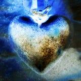 Adorno azul del corazón del metal en el encadenamiento, primer Imagen de archivo