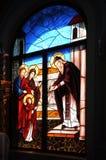 Adorno bíblico representado en la ventana de la iglesia en el techn Fotos de archivo