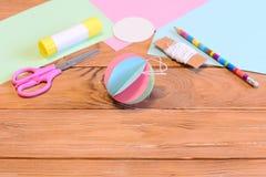 Adorno colorido de la bola de la ejecución del árbol de navidad, efectos de escritorio en una tabla de madera con el espacio de l Fotografía de archivo