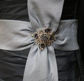 Adorno cristalino de la gota y del diamante artificial en lazo de satén Fotos de archivo libres de regalías