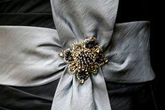 Adorno cristalino de la gota y del diamante artificial en lazo de satén Fotos de archivo