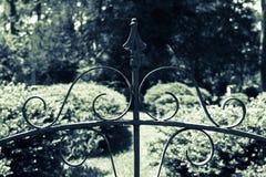 Adorno de la puerta de jardín del hierro labrado imagen de archivo