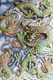 Adorno de los dragones en la pared china del templo Imagen de archivo