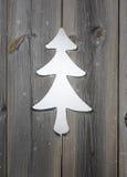 Adorno del árbol de navidad en tableros de madera del obturador Foto de archivo