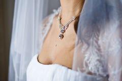 Adorno en cuello de la novia joven Imágenes de archivo libres de regalías
