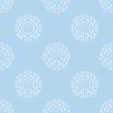 Adorno floral blanco en fondo azul claro Repetición del ornamento del modelo Imagen de archivo