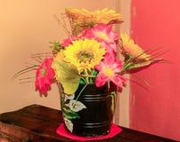 Adorno floral de flores artificiales fotos de archivo