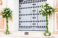 Adorno floral en la puerta de una iglesia Fotos de archivo libres de regalías
