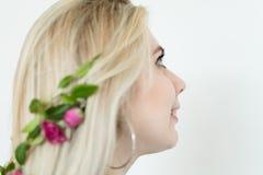 Adorno floral romántico del peinado creativo imagen de archivo