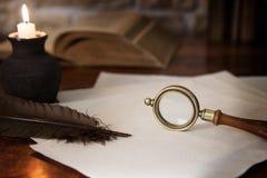 Adorno histórico, lupa y libros Imágenes de archivo libres de regalías