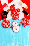 Adorno lindo del árbol de navidad Muñeco de nieve del fieltro, adorno del árbol de navidad, de la estrella y de la bola, material Fotografía de archivo
