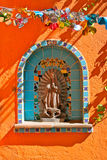 Adorno mural cristiano en la pared anaranjada Imagen de archivo libre de regalías