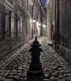 Adorno nocturno con la calle medieval estrecha en ciudad europea vieja Fotografía de archivo