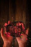 Adorno olorful del ¡de Ð en las manos verticales Foto de archivo libre de regalías