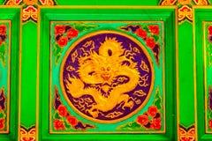 Adornos chinos, tallas de piedra, que son la materia prima Dragón de talla de piedra con la nube Imagenes de archivo