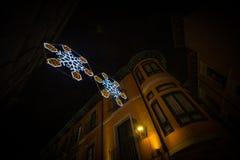 Adornos de la Navidad en la ciudad Foto de archivo