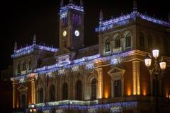 Adornos de la Navidad en la ciudad Fotos de archivo libres de regalías