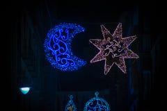 Adornos de la Navidad en la ciudad Foto de archivo libre de regalías