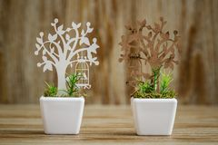 Adornos de madera cortados laser del árbol en la flor blanca P de la porcelana Imágenes de archivo libres de regalías