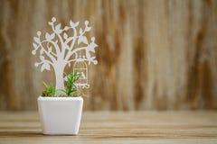 Adornos de madera cortados laser del árbol en la flor blanca P de la porcelana Foto de archivo