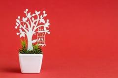 Adornos de madera cortados laser del árbol en la flor blanca P de la porcelana Imagenes de archivo