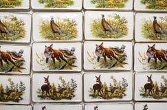 Adornos del animal salvaje en los imanes hechos a mano del refrigerador de la porcelana caza Fotos de archivo libres de regalías