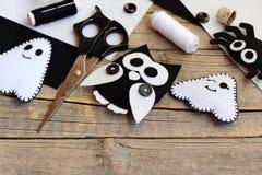 Adornos del fieltro de Halloween Fantasma del fieltro, araña, adornos del búho en una tabla de madera del vintage Herramientas y  Imagen de archivo libre de regalías