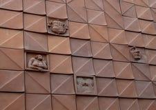 Adornos del revestimiento de cerámica de la fachada griega de la calle del Kovacs Margit Ceramic Museum, Hungría foto de archivo libre de regalías