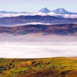 Adornos rurales de la montaña por la mañana temprana del otoño Foto de archivo libre de regalías