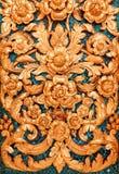 Adornos tailandeses en la pared en la iglesia budista Imagen de archivo