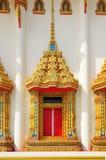 Adornos tailandeses tallados ventana de la iglesia maravillosamente Fotografía de archivo
