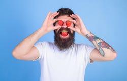 Adoruje truskawki Mężczyzna w miłości z truskawką Mężczyzna brodata szczęśliwa miłość adoruje cieszy się soczystej czerwonej dojr Zdjęcie Royalty Free