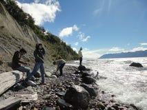 Ados, aînés dans le lac Emerald Coast Terre de Feu photographie stock