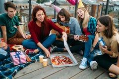 Ados affamés de nourriture délicieuse de la livraison de pizza photographie stock