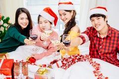 Ados asiatiques à la fête de Noël 2018 Image libre de droits