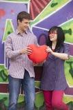 Ados avec le coeur près du mur de graffiti. Image libre de droits