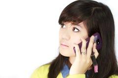 Ados avec le téléphone portable images stock