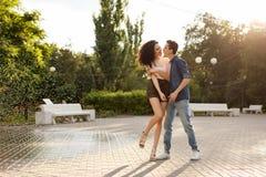 Ados dansant en parc Photo libre de droits