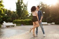 Ados dansant en parc Photo stock
